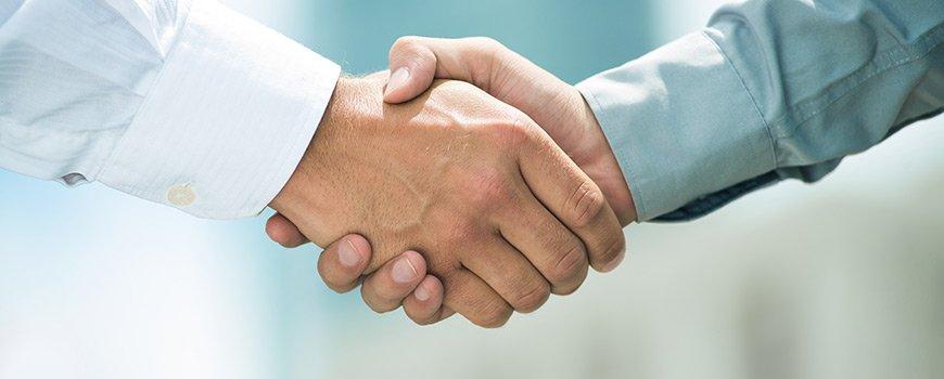 Une poignée de main entre deux personnes.