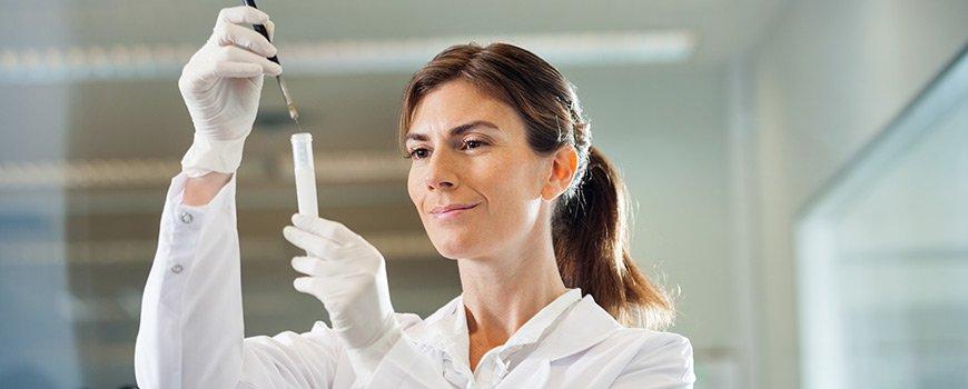 Une contrôleuse qualité en train d'effectuer un prélèvement sur un produit Dr. Schutz