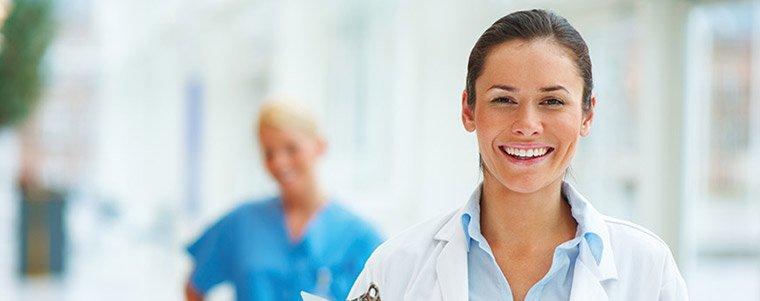 Portrait d'un personnel hospitalier heureux de travailler avec les produits Dr. Schutz