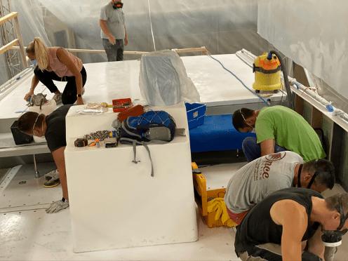 Préparation du pont par l'équipe accompagnée de Chloé