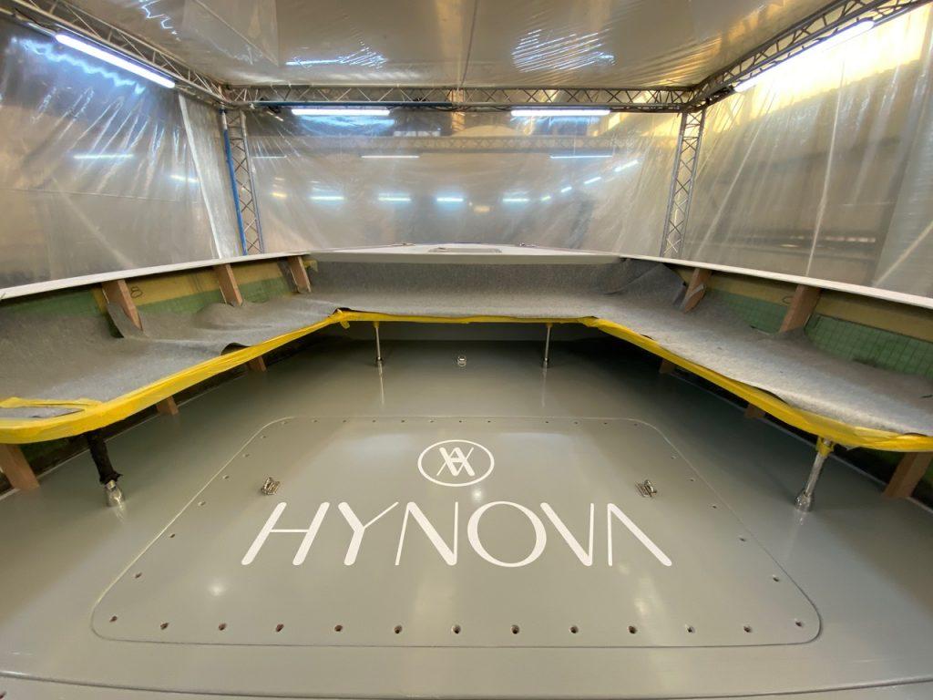 Logo HYNOVA incrusté dans le revêtement de pont lors du chantier.