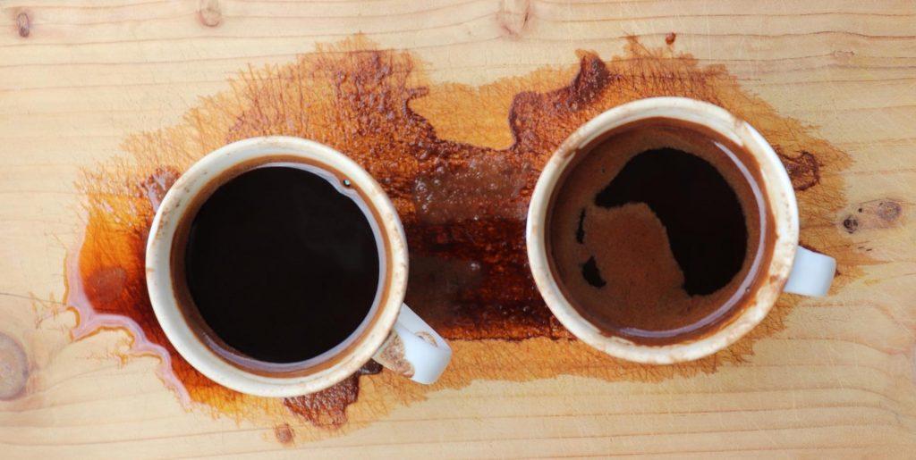 Deux tasses de café expresso qui ont taché un sol en bois